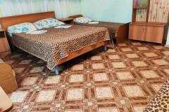 05 Гостевой дом «Белый пароход» Дедеркой, Черешневая, 39 (Пятиместный номер эконом-класса с кондиционером)