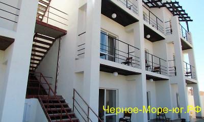 Гостиница «Пират» в Евпатории, ул. Вишнёвая, 7