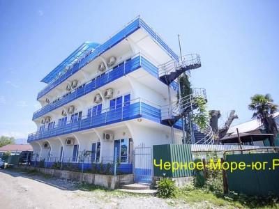 Гостевой дом «Айсберг» по ул. Фабричная, 15 в Пицунде