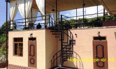 Гостевой дом «Сандро» в Гаграх по ул. Генерала Дбар, 85