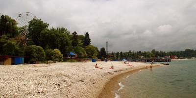 Описание Центрального пляжа в городе Гудаута на лето 2020 года, отзывы туристов, фотографии