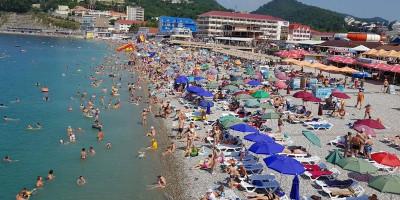 Центральный муниципальный пляж поселка Ольгинка для отдыхающих на лето 2020