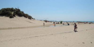 Описание центрального пляжа поселка Джемете на курортный сезон 2021 года, актуальные отзывы туристов, фотографии.