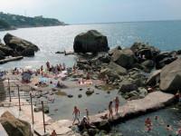 Выбираете место отдыха в Алупке? Предлагаем Вам - Детский пляж в центре города, свежие фотографии