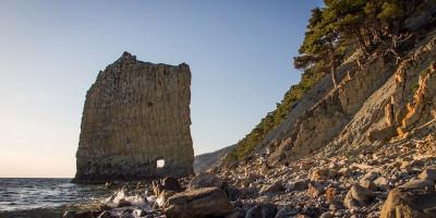 Скала Парус в районе поселка Дивноморское природная достопримечательность, описание, как проехать, отзывы туристов, фотографии.